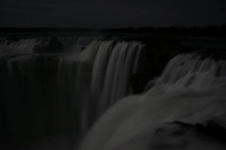 Les Chutes d'Iguazu à la lueur de la pleine lune – instant magique en décalage horaire.